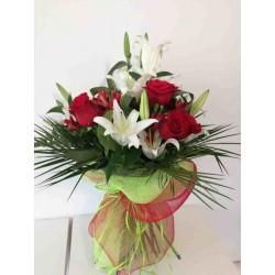 Ramo de rosas largas y liliums
