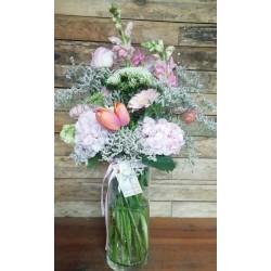 Gerro de hortènsies i flor...