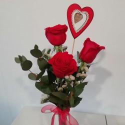 Ram de tres roses vermelles